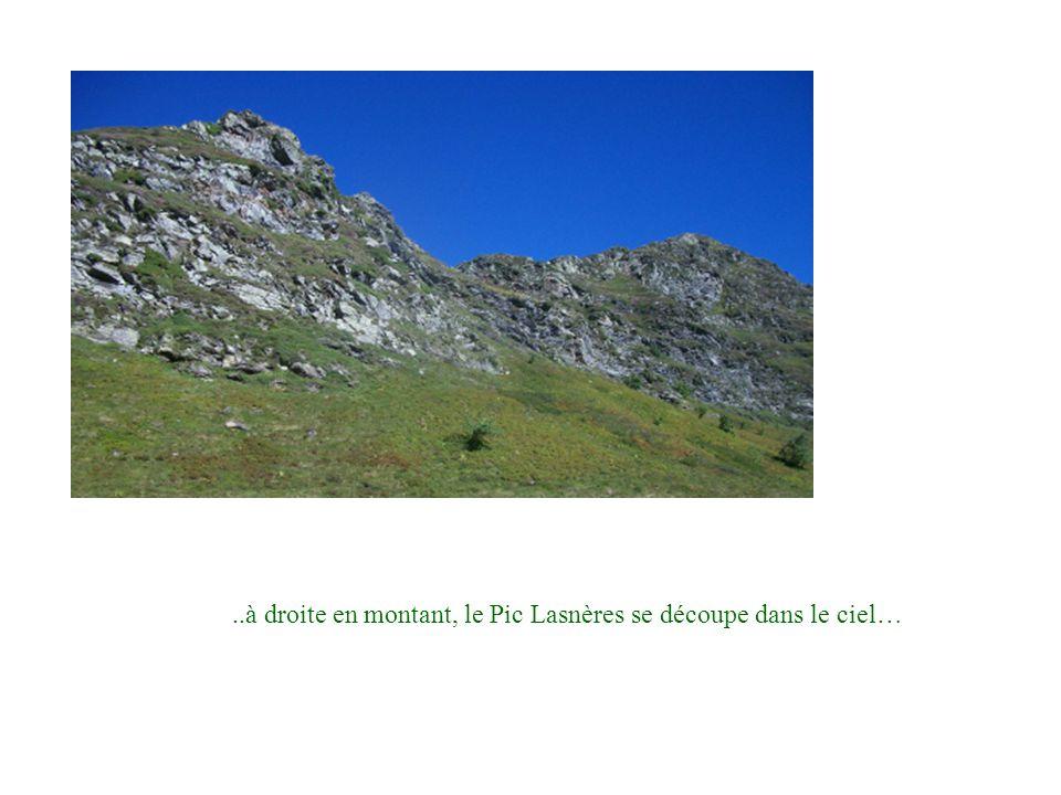 ..à droite en montant, le Pic Lasnères se découpe dans le ciel…
