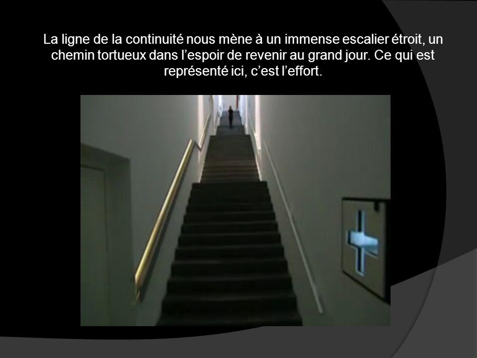 La ligne de la continuité nous mène à un immense escalier étroit, un chemin tortueux dans l'espoir de revenir au grand jour.
