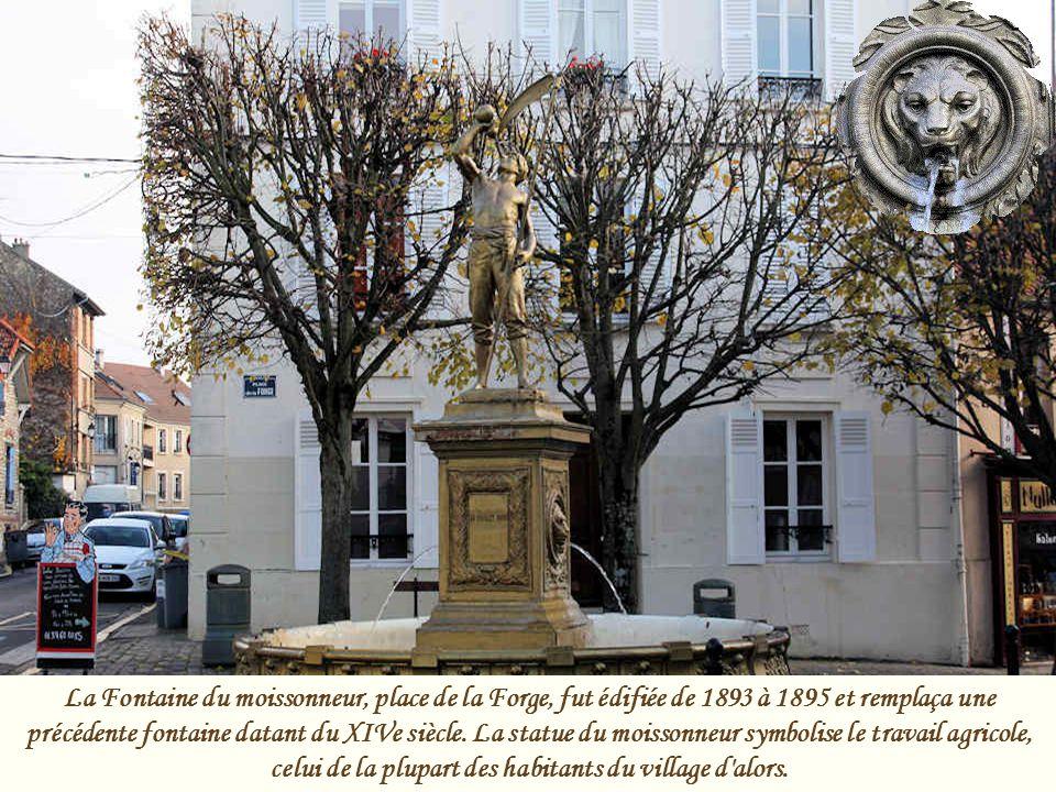 La Fontaine du moissonneur, place de la Forge, fut édifiée de 1893 à 1895 et remplaça une précédente fontaine datant du XIVe siècle.