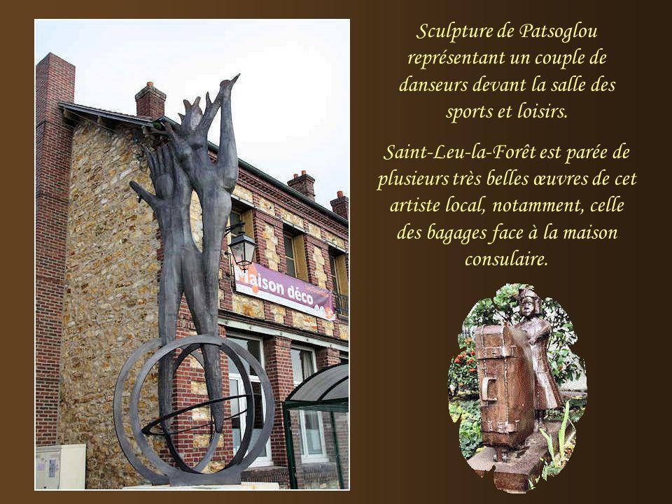 Sculpture de Patsoglou représentant un couple de danseurs devant la salle des sports et loisirs.