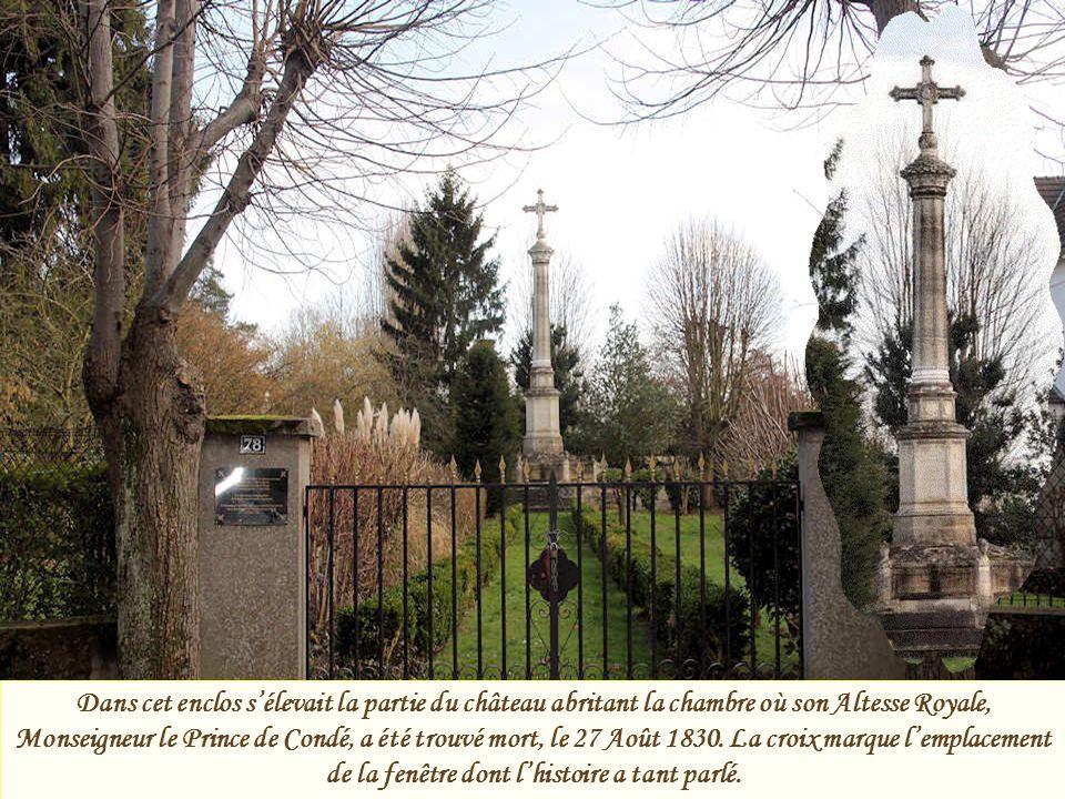 Dans cet enclos s'élevait la partie du château abritant la chambre où son Altesse Royale, Monseigneur le Prince de Condé, a été trouvé mort, le 27 Août 1830.