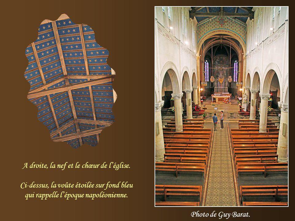 A droite, la nef et le chœur de l'église.