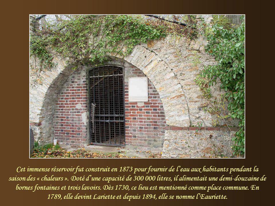 Cet immense réservoir fut construit en 1873 pour fournir de l'eau aux habitants pendant la saison des « chaleurs ».