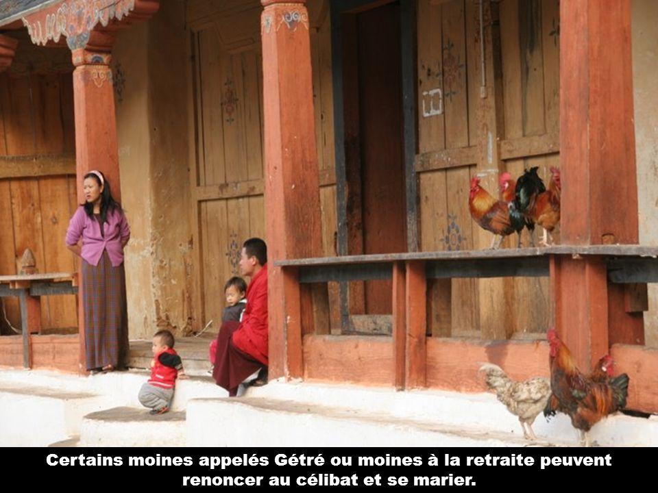 Certains moines appelés Gétré ou moines à la retraite peuvent renoncer au célibat et se marier.