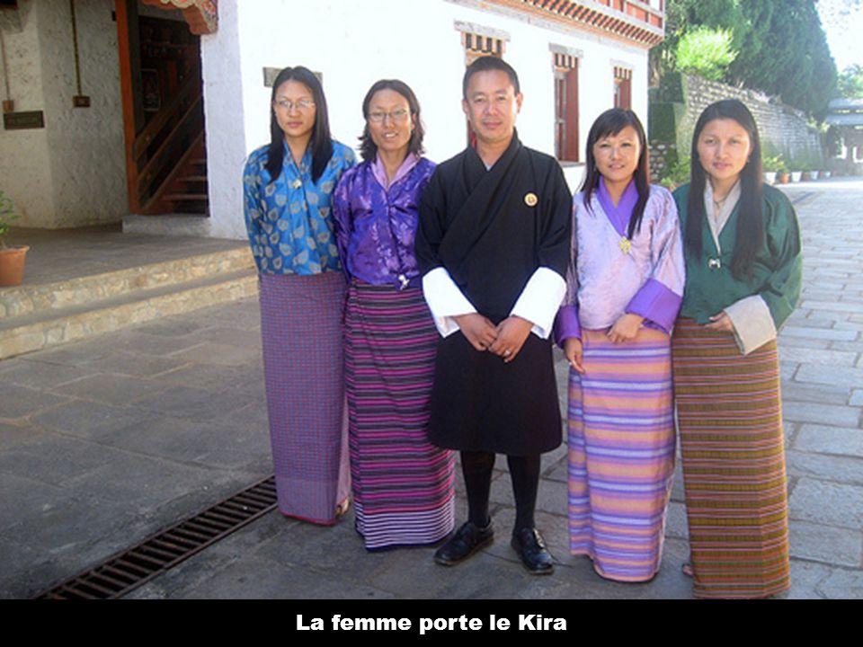 La femme porte le Kira