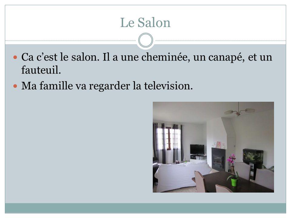 Le Salon Ca c'est le salon. Il a une cheminée, un canapé, et un fauteuil.