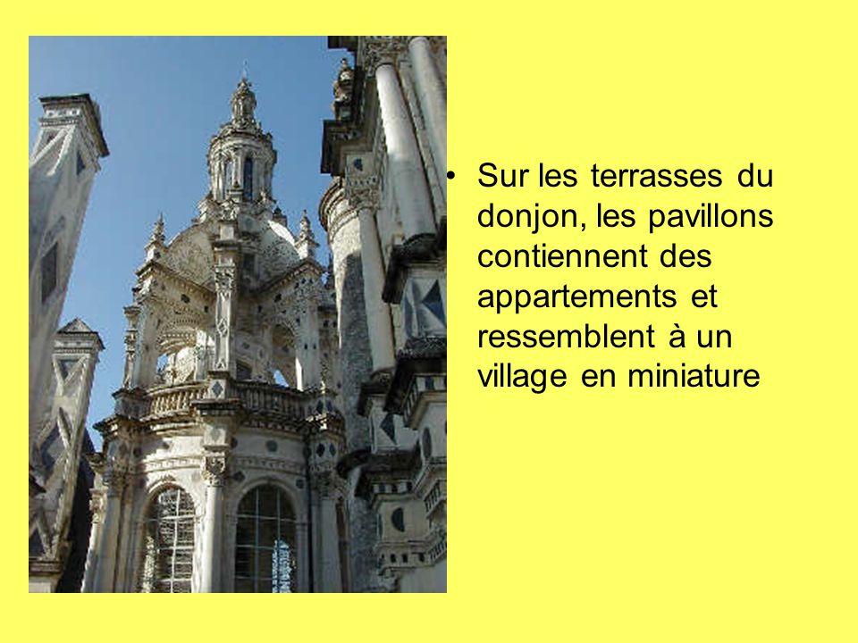 Sur les terrasses du donjon, les pavillons contiennent des appartements et ressemblent à un village en miniature