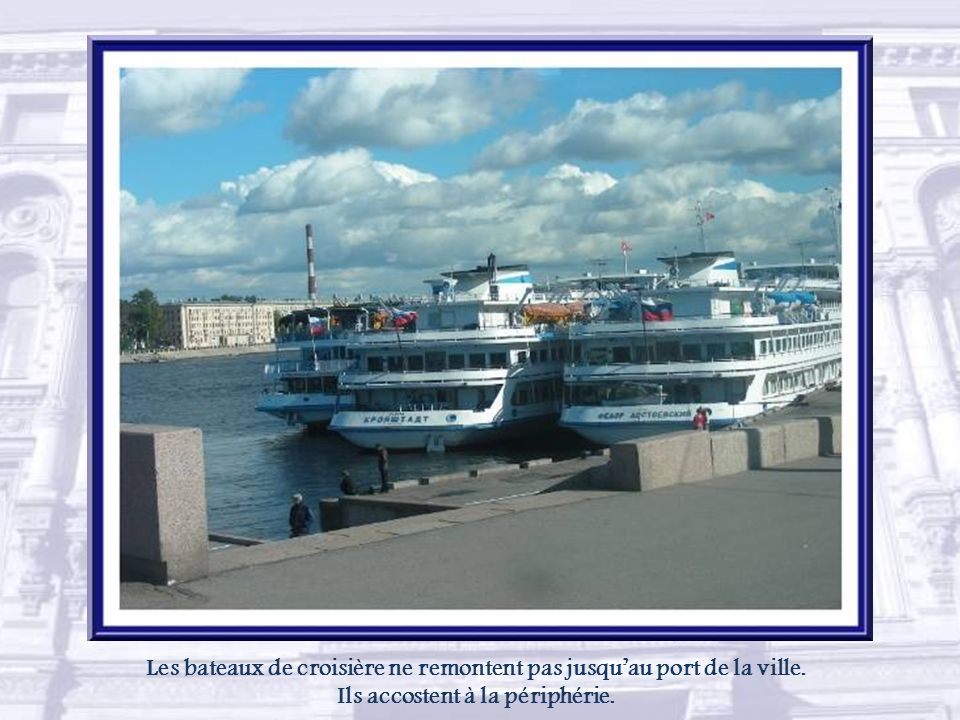 Les bateaux de croisière ne remontent pas jusqu'au port de la ville.