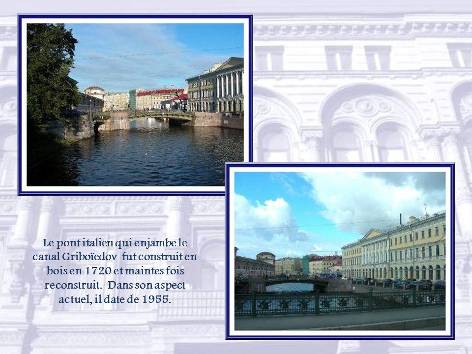 Le pont italien qui enjambe le canal Griboïedov fut construit en bois en 1720 et maintes fois reconstruit.