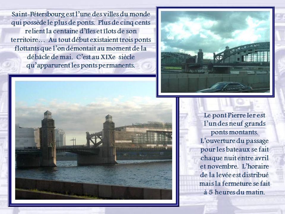 Saint-Pétersbourg est l'une des villes du monde qui possède le plus de ponts. Plus de cinq cents relient la centaine d'îles et îlots de son territoire… Au tout début existaient trois ponts flottants que l'on démontait au moment de la débâcle de mai. C'est au XIXe siècle qu'apparurent les ponts permanents.