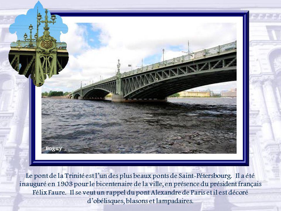 Le pont de la Trinité est l'un des plus beaux ponts de Saint-Pétersbourg.