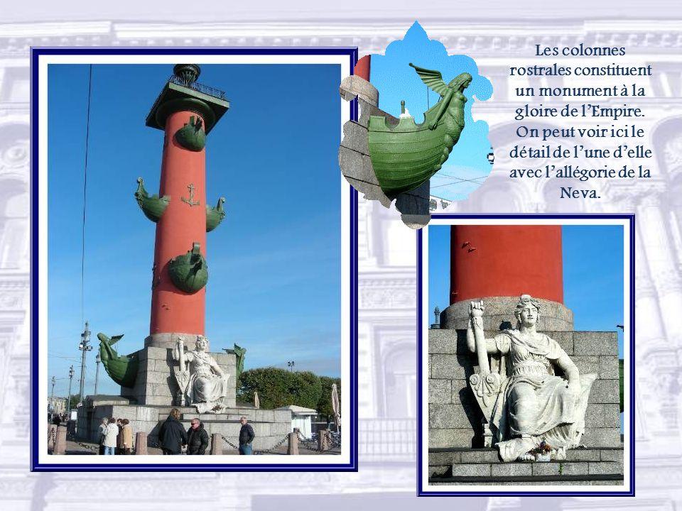 Les colonnes rostrales constituent un monument à la gloire de l'Empire