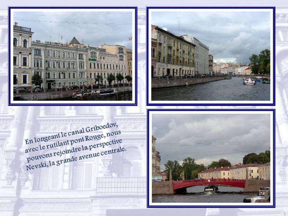 En longeant le canal Griboedov, avec le rutilant pont Rouge, nous pouvons rejoindre la perspective Nevski, la grande avenue centrale.