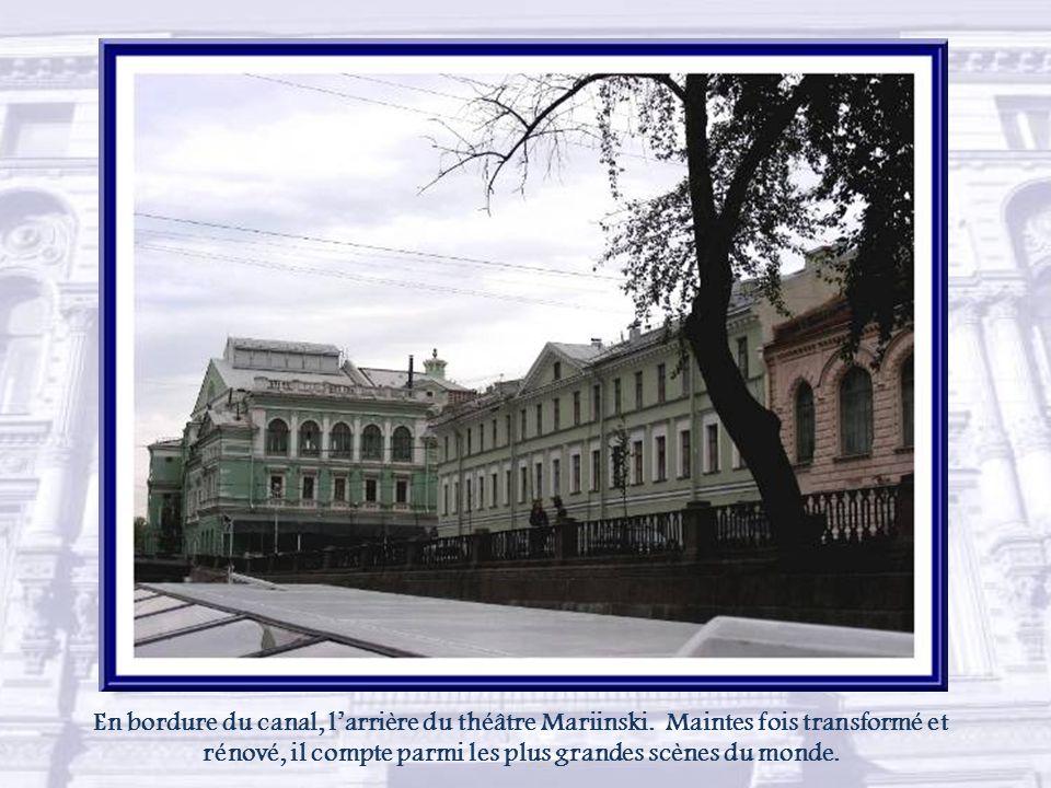 En bordure du canal, l'arrière du théâtre Mariinski