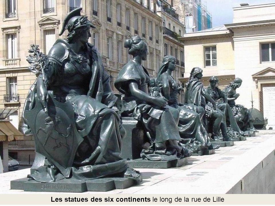 Les statues des six continents le long de la rue de Lille
