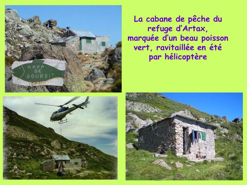 La cabane de pêche du refuge d'Artax, marquée d'un beau poisson vert, ravitaillée en été par hélicoptère