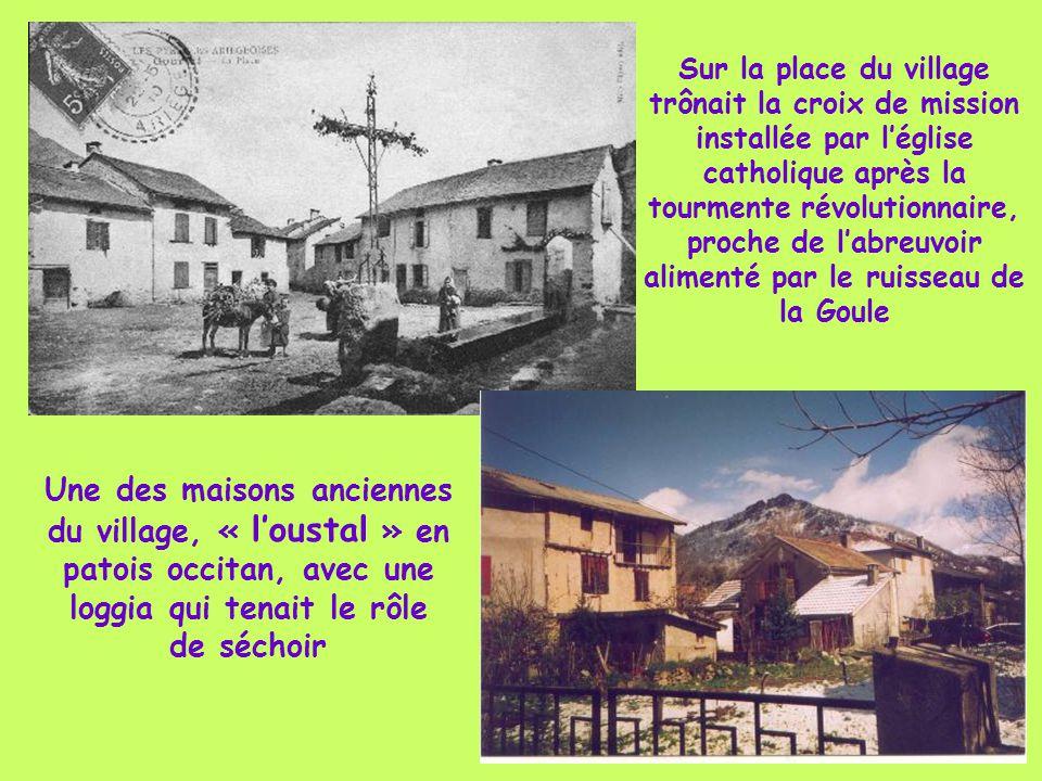 Sur la place du village trônait la croix de mission installée par l'église catholique après la tourmente révolutionnaire, proche de l'abreuvoir alimenté par le ruisseau de la Goule