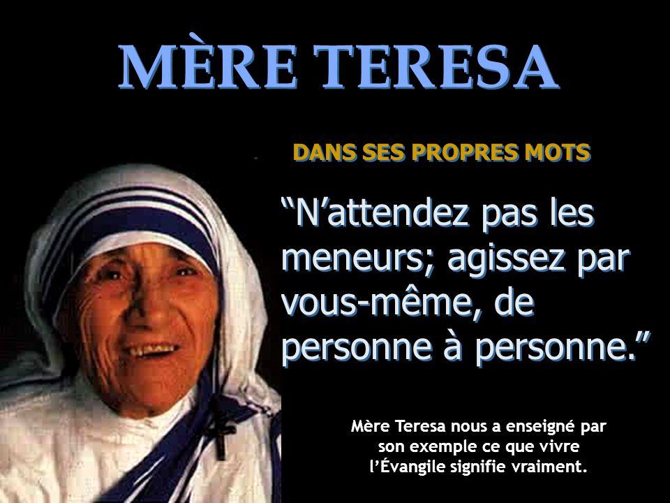 MÈRE TERESA DANS SES PROPRES MOTS. N'attendez pas les meneurs; agissez par vous-même, de personne à personne.