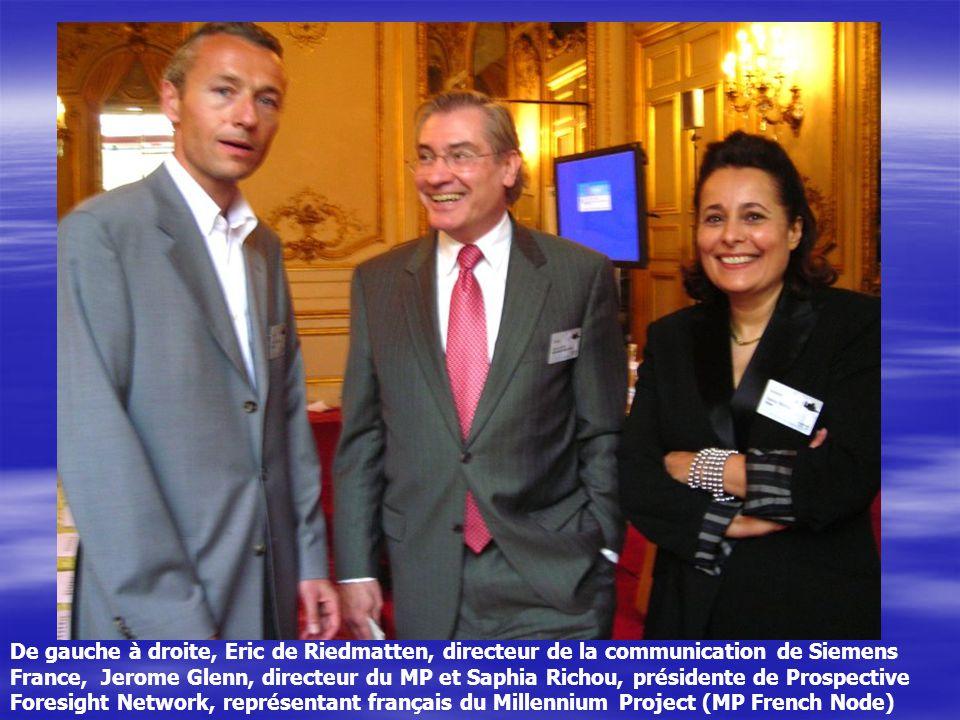 De gauche à droite, Eric de Riedmatten, directeur de la communication de Siemens France, Jerome Glenn, directeur du MP et Saphia Richou, présidente de Prospective Foresight Network, représentant français du Millennium Project (MP French Node)