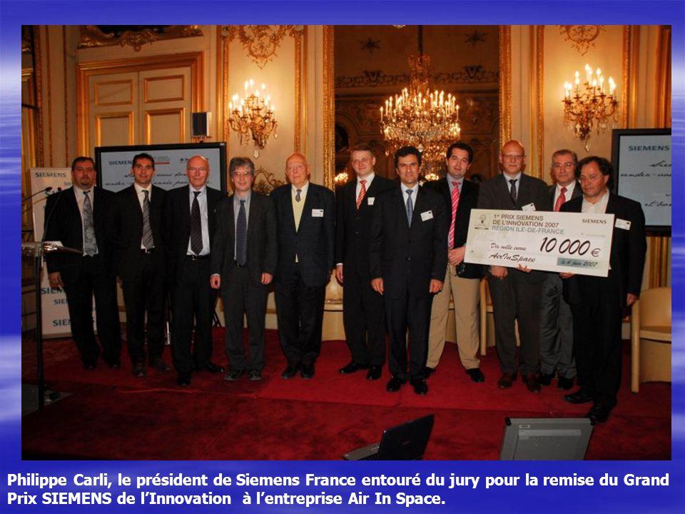 Philippe Carli, le président de Siemens France entouré du jury pour la remise du Grand Prix SIEMENS de l'Innovation à l'entreprise Air In Space.