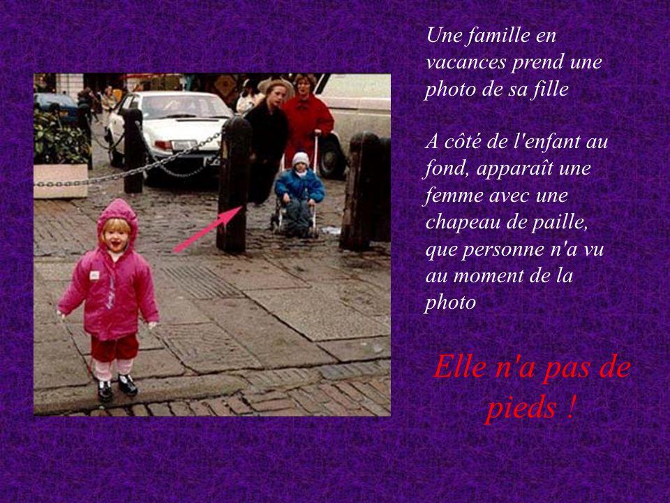 Une famille en vacances prend une photo de sa fille