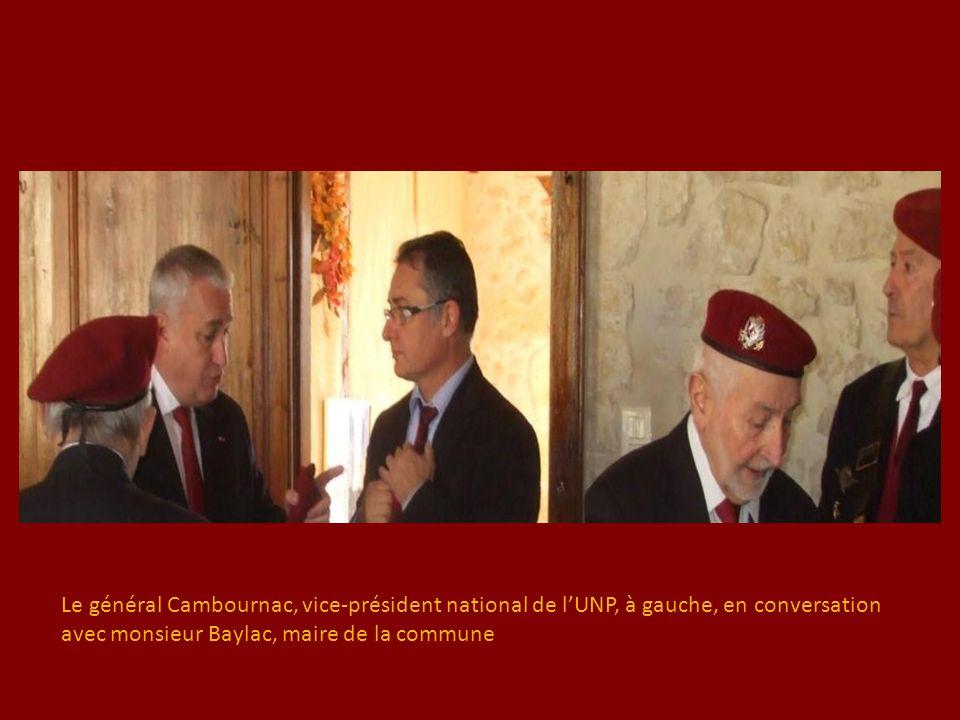 Le général Cambournac, vice-président national de l'UNP, à gauche, en conversation