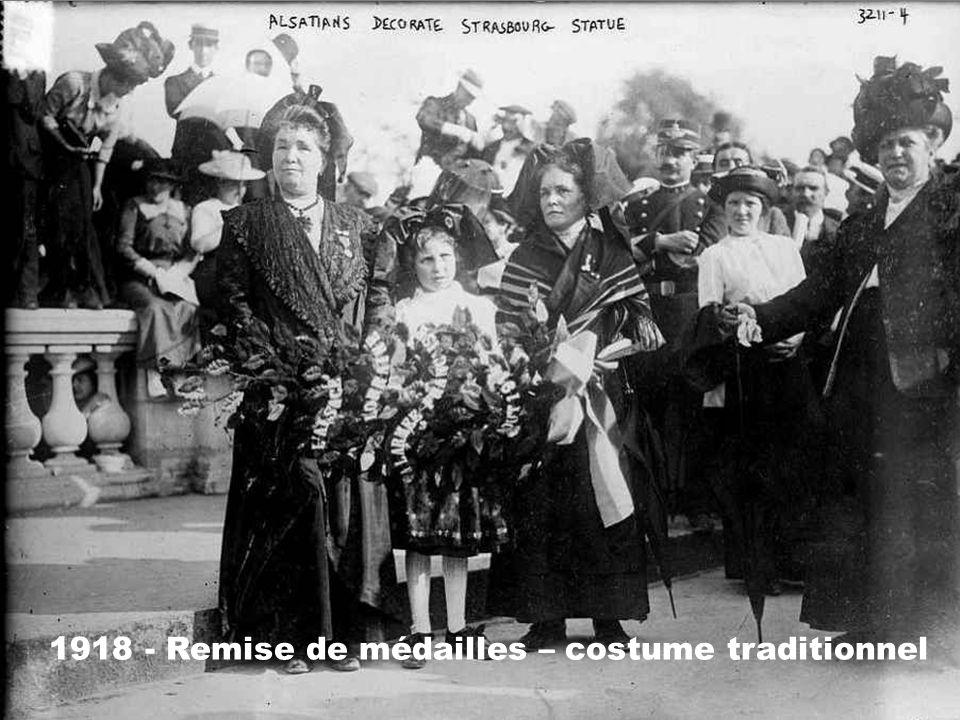 1918 - Remise de médailles – costume traditionnel