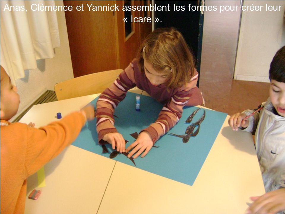Anas, Clémence et Yannick assemblent les formes pour créer leur « Icare ».