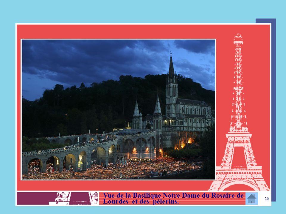 Vue de la Basilique Notre Dame du Rosaire de Lourdes et des pèlerins.