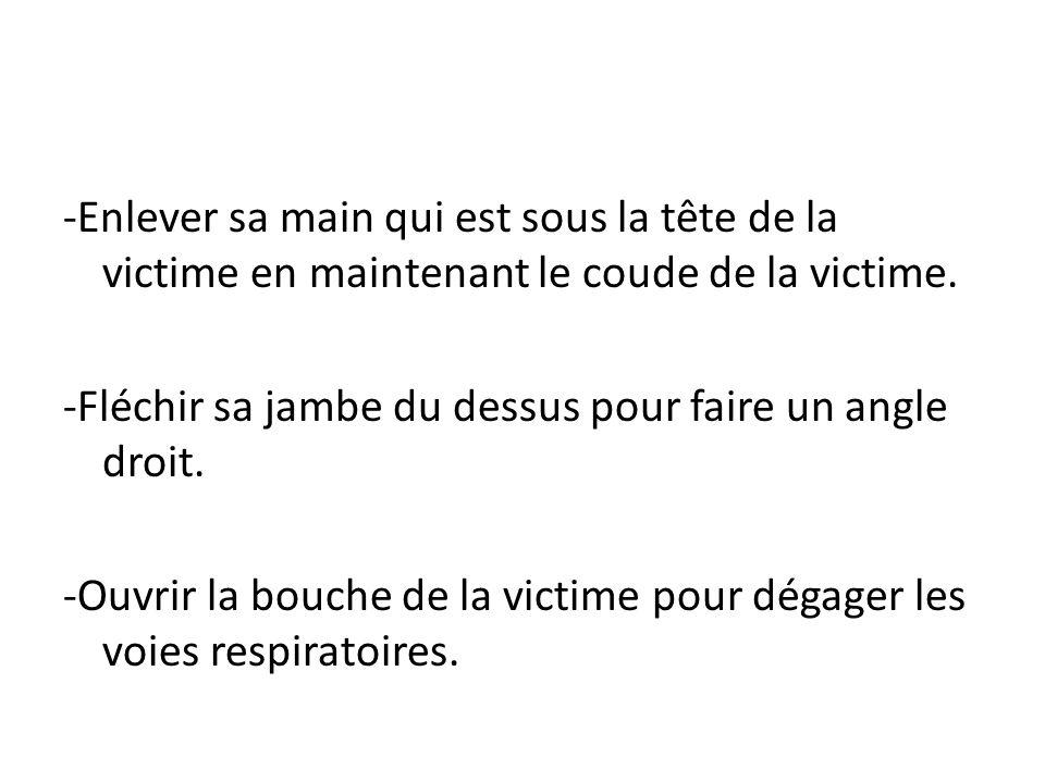 -Enlever sa main qui est sous la tête de la victime en maintenant le coude de la victime.