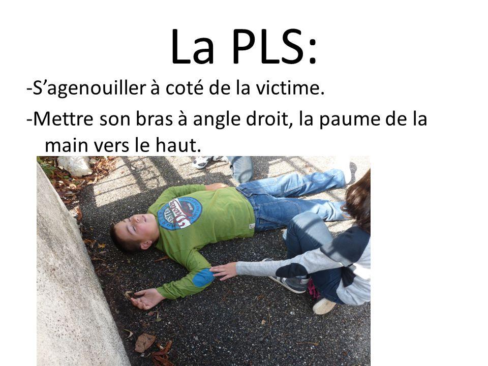 La PLS: -S'agenouiller à coté de la victime.