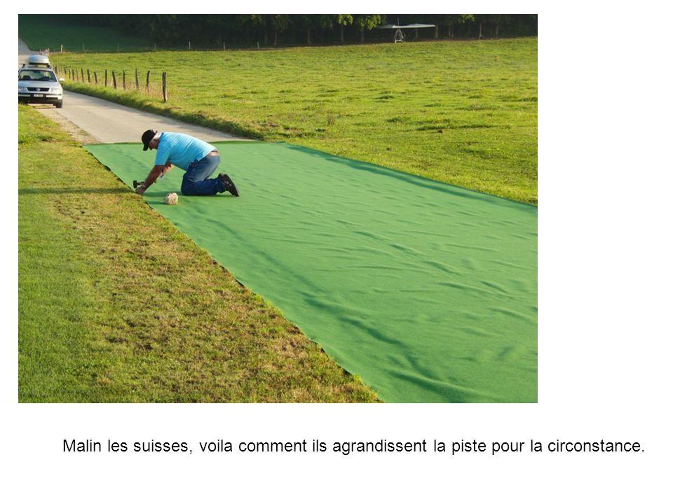 Malin les suisses, voila comment ils agrandissent la piste pour la circonstance.