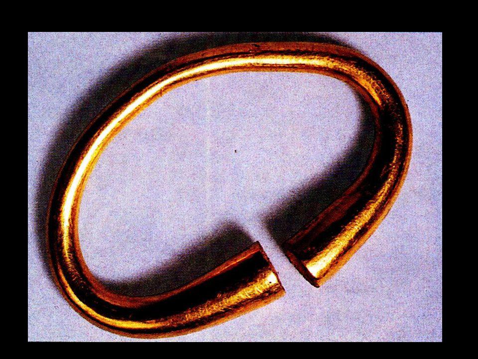 Bracelet en or symbole du pouvoir chez les barbares provenant de la tombe de Grossörner en Allemagne