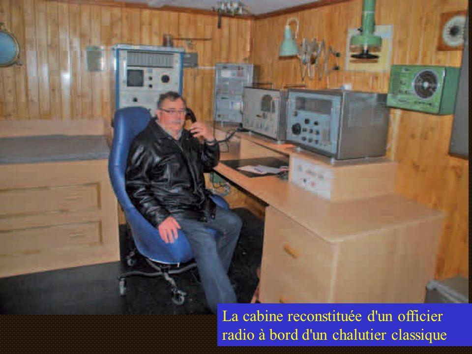 La cabine reconstituée d un officier radio à bord d un chalutier classique