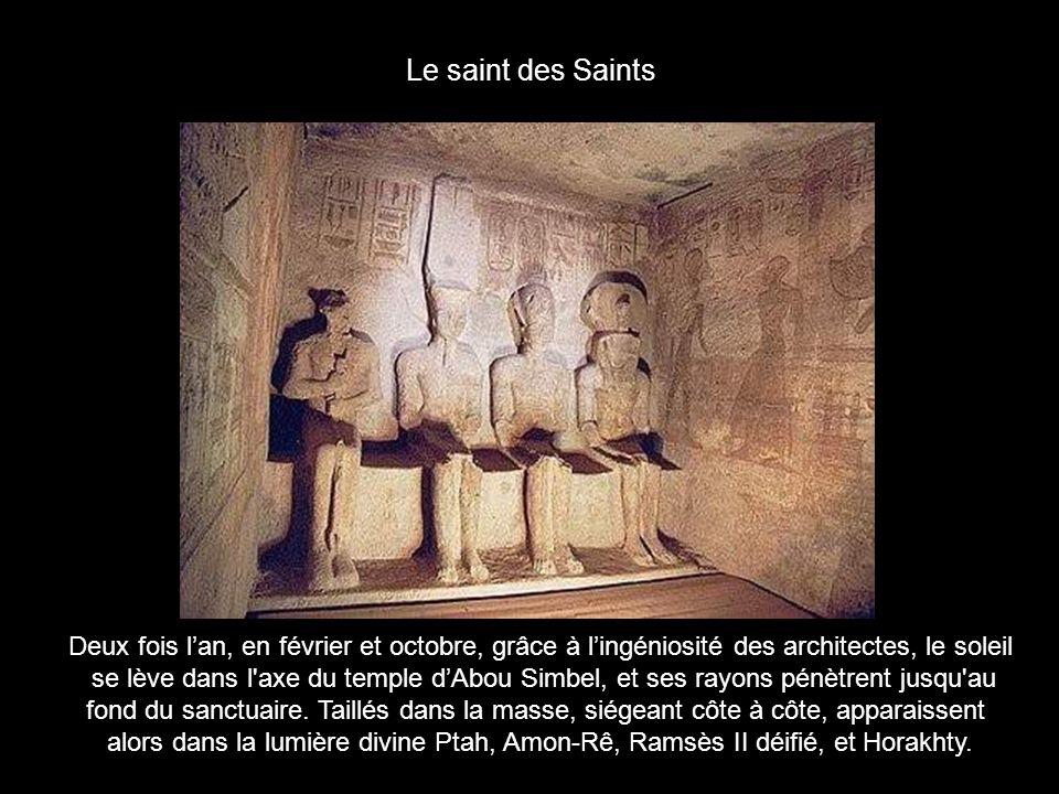 Le saint des Saints Deux fois l'an, en février et octobre, grâce à l'ingéniosité des architectes, le soleil.