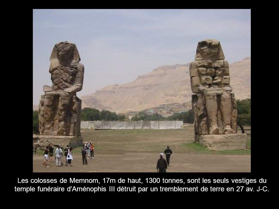 Les colosses de Memnom, 17m de haut, 1300 tonnes, sont les seuls vestiges du temple funéraire d'Aménophis III détruit par un tremblement de terre en 27 av.