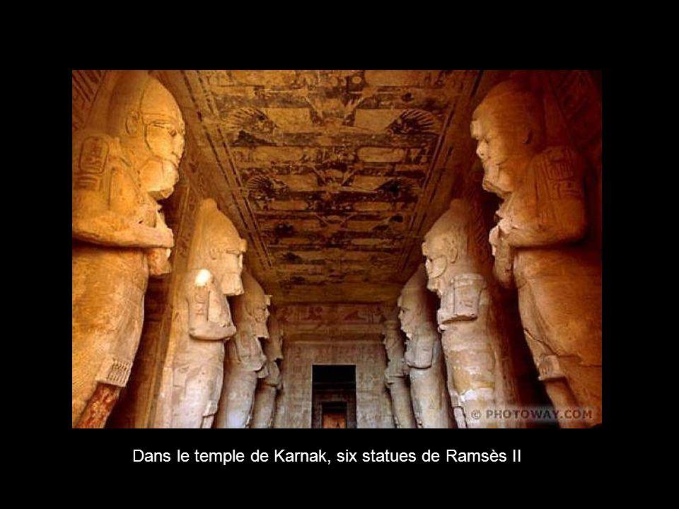 Dans le temple de Karnak, six statues de Ramsès II
