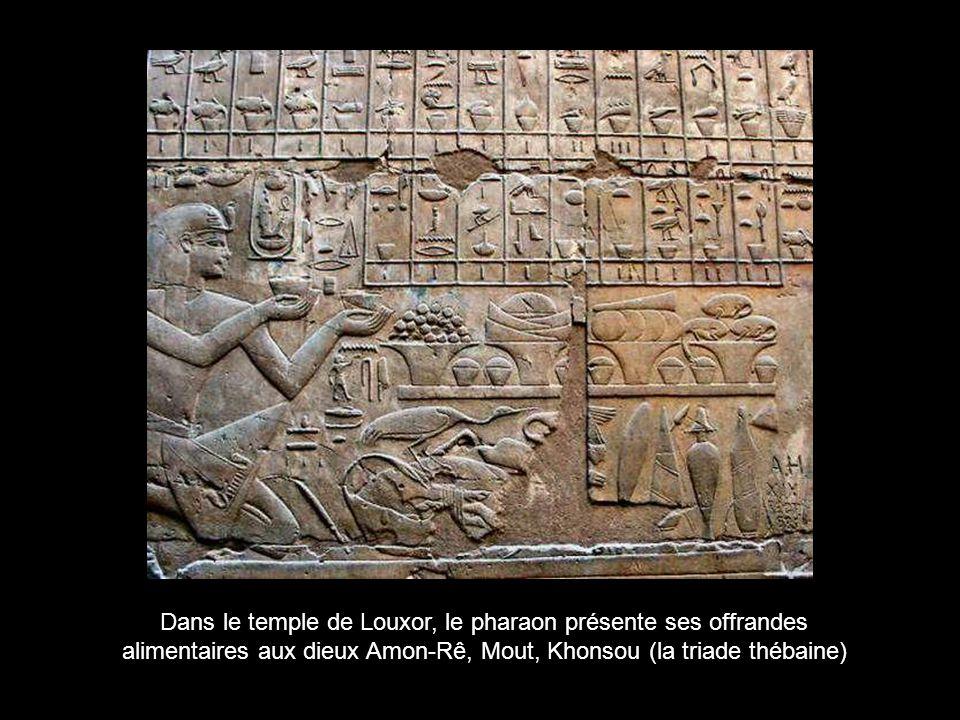 Dans le temple de Louxor, le pharaon présente ses offrandes