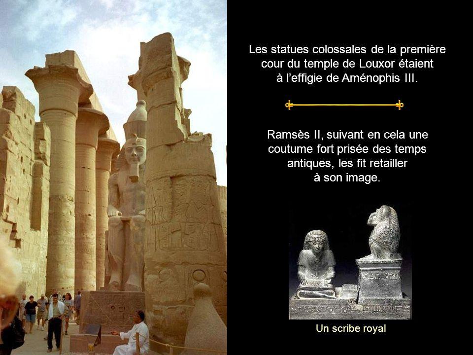Les statues colossales de la première cour du temple de Louxor étaient