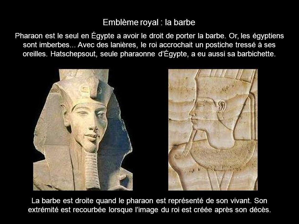 La barbe est droite quand le pharaon est représenté de son vivant. Son
