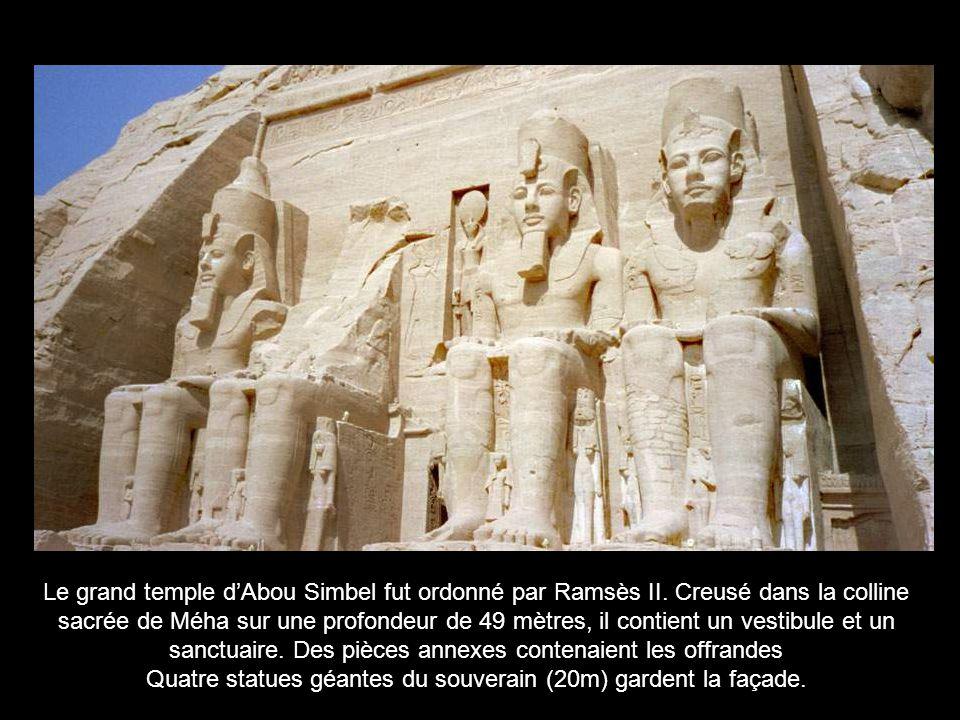 Quatre statues géantes du souverain (20m) gardent la façade.