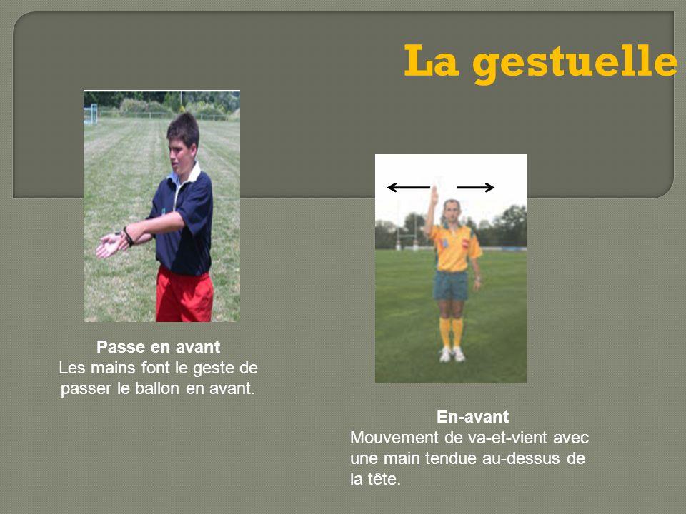 Les mains font le geste de passer le ballon en avant.