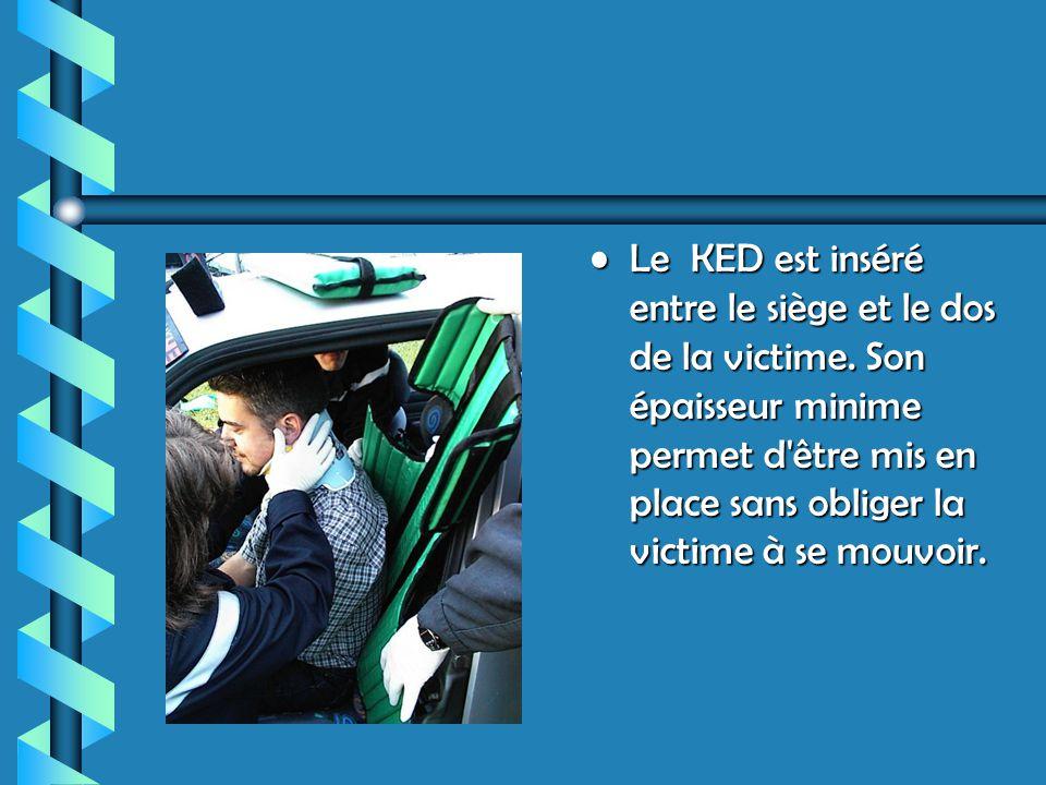 Le KED est inséré entre le siège et le dos de la victime