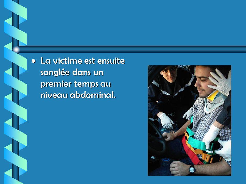 La victime est ensuite sanglée dans un premier temps au niveau abdominal.