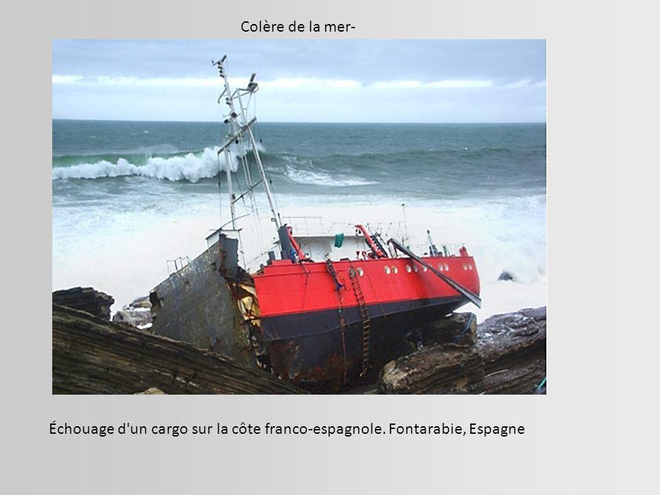 Colère de la mer- Échouage d un cargo sur la côte franco-espagnole. Fontarabie, Espagne