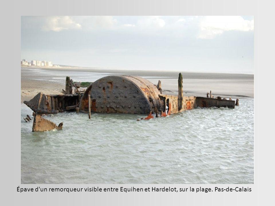 Épave d un remorqueur visible entre Equihen et Hardelot, sur la plage