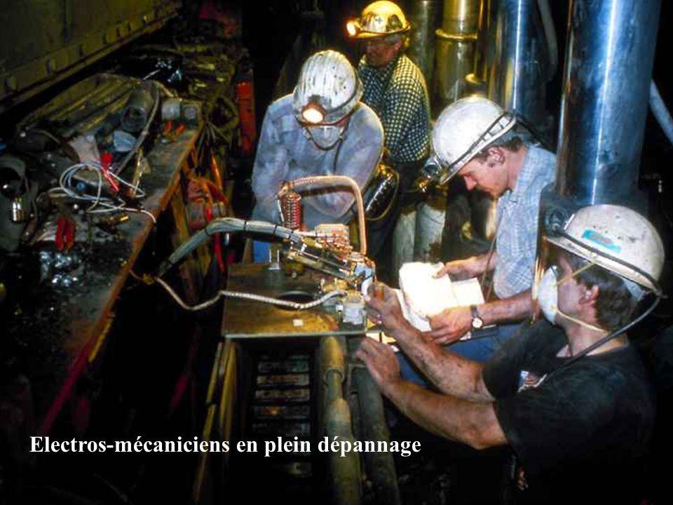 Electros-mécaniciens en plein dépannage