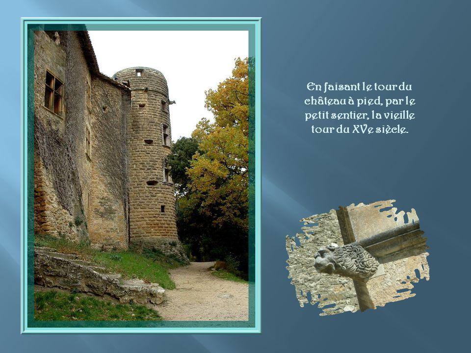 En faisant le tour du château à pied, par le petit sentier, la vieille tour du XVe siècle.