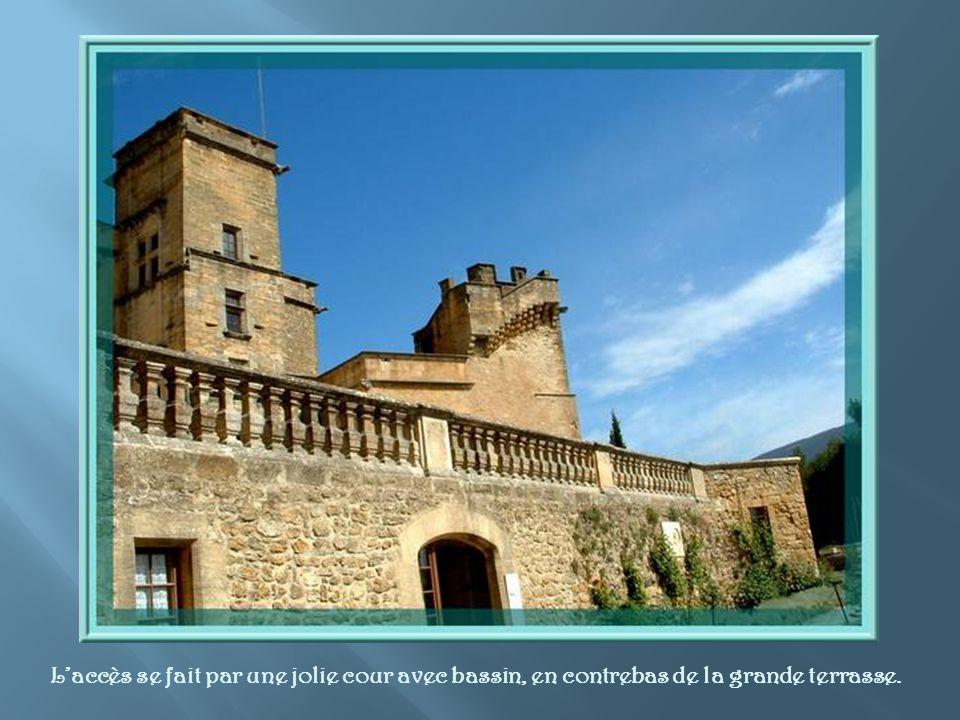 L'accès se fait par une jolie cour avec bassin, en contrebas de la grande terrasse.