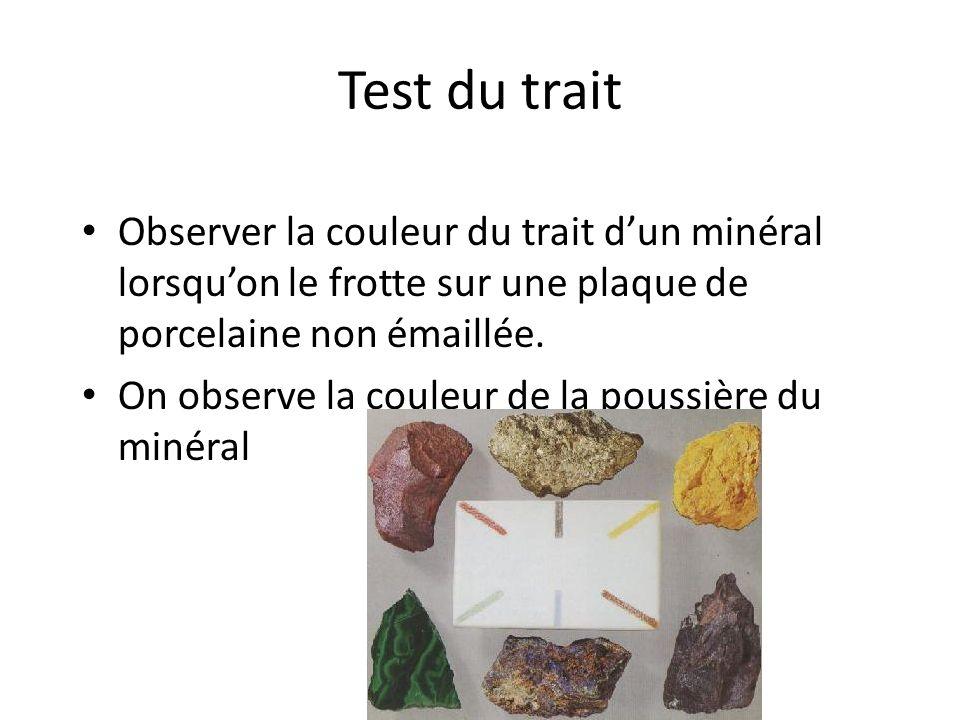 Test du trait Observer la couleur du trait d'un minéral lorsqu'on le frotte sur une plaque de porcelaine non émaillée.
